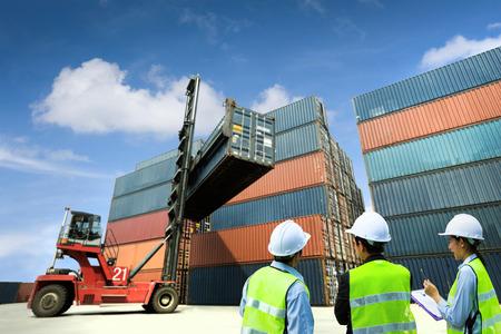 교통 엔지니어는 컨테이너와 지게차에서 상담 및 수송되었다. 스톡 콘텐츠
