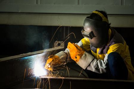 soldador: Soldador de acero están conectados entre sí en trozos más grandes, lo que desató los contenedores