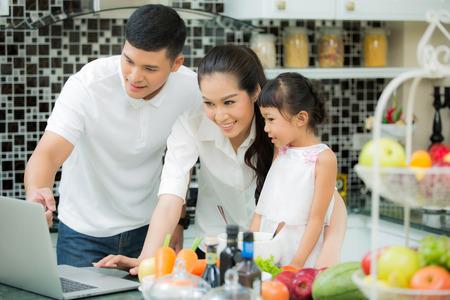 Aziatische familie koken in de keuken thuis.