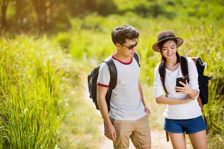 Aziatische toeristen bekijkt de kaarten in mobiele telefoons.