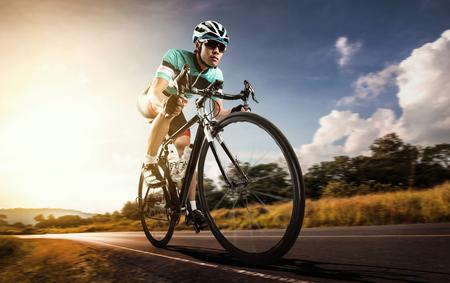 Les hommes asiatiques sont le cyclisme vélo de route le matin Banque d'images - 70157000