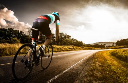 Mannen fietsen wagen in de ochtend