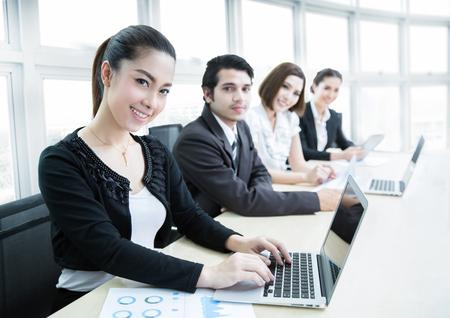 회의실에서 팀으로 작업 아시아 비즈니스 사람들