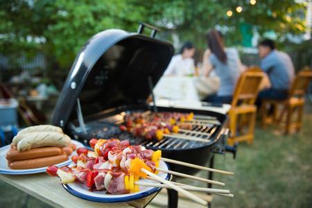 밤에는 저녁 파티, 바베큐, 구운 돼지 고기