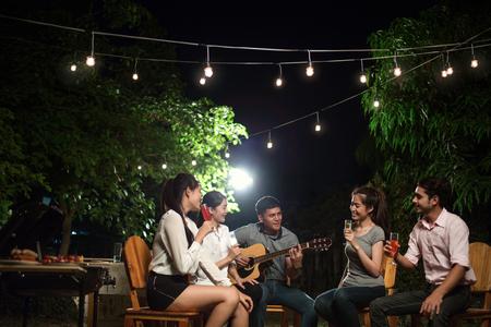 아시아 바베큐 파티 남자들이 친구들을 노래하고 있습니다. 스톡 콘텐츠