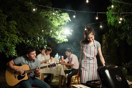 Mensen Aziaten barbecue feest in de tuin Stockfoto