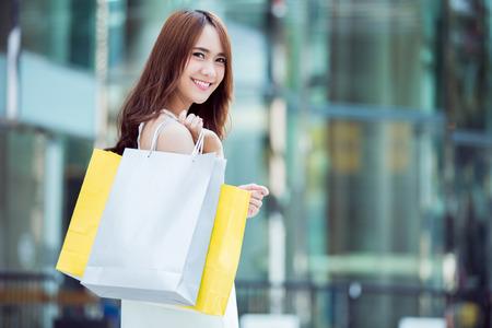 アジアの女性がショッピング モールです。