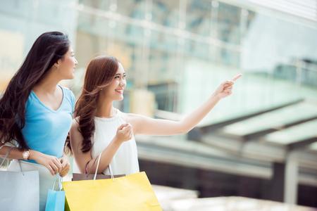 アジアの女性は、ショッピング モールでの割引製品。彼女は非常に興奮していた 写真素材