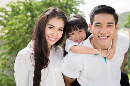 Aziatische familie portret met gelukkige mensen lachend Stockfoto
