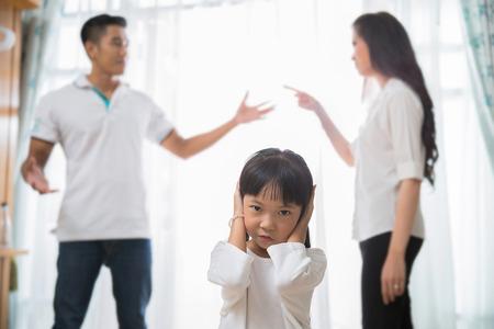 가족의 다툼은 딸의 후회이다. 부모님의 말을 듣고 싶지 않았다. 스톡 콘텐츠