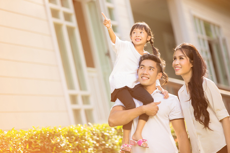 Familia asiática feliz Hija señalando los padres para cuidar de ella