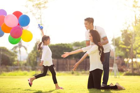Dochter rennen naar moeder Ze heeft de speelballonnen genoten Stockfoto