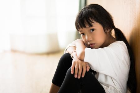 I genitori che copre la ragazza per rimanere casa solo è molto povero Archivio Fotografico - 75862100