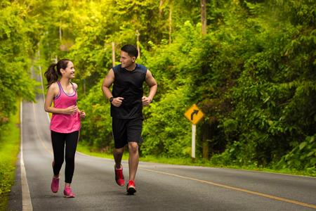 男と女の森でジョギング