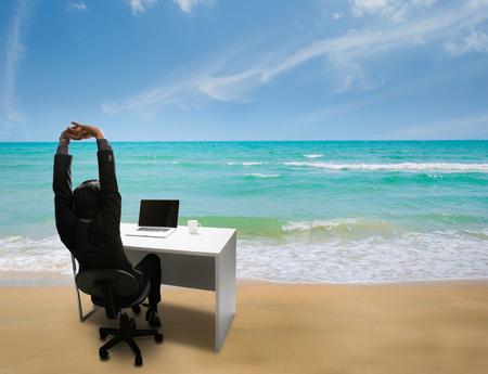 직원은 직장에서 행복해하며 여름 해변에서 휴식을 취할 시간을 상기 시켰습니다. 스톡 콘텐츠