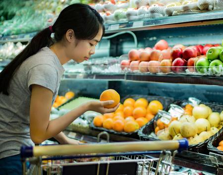 Aziatische vrouwen waren aan het winkelen voor fruit in supermarkten Stockfoto