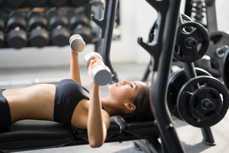 아시아 여성 체육관에서 그녀는 역도 역도 근육