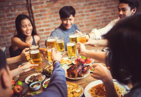 아시아 사람들이 축제 맥주와 저녁 식사를 축하하는 축제를 축하합니다. 스톡 콘텐츠