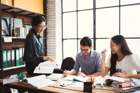 아시아계 그룹은 브레인 스토밍, 사무실에서 일하고, 수업을 검토하고, 대학에서 숙제를하고, 그룹 개념을 사용합니다.