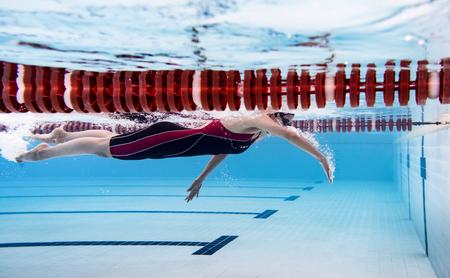 女性スイミング プール。水中写真