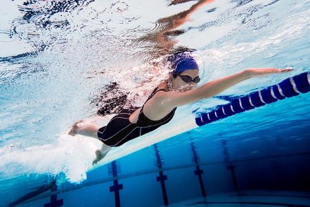 Mujer, natación, pool.underwater, foto Foto de archivo - 81215511