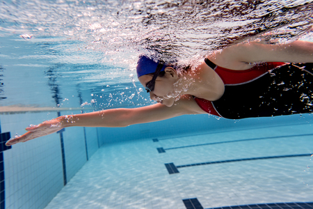 Vrouwen zwembad Onderwaterfoto