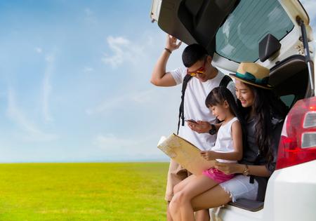 Aziatische familie planning een reismoeder en een dochter die kaart bekijken