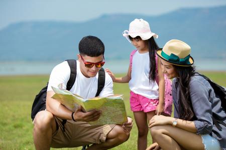 하이킹 어드벤처를 계획중인 아시아계 가족