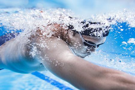 Zwemmer zwembad wedstrijdbad.