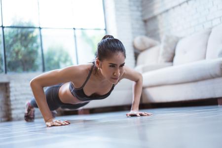 Asiatische Frauen machen Liegestütze