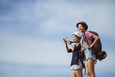 アジア観光客旅行女性を撮影しています。