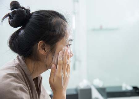Asian women are washed clean with foam at the bathroom Standard-Bild