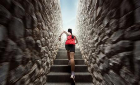 Le donne stanno esercitandosi correndo sulle scale. Sfocatura di movimento Archivio Fotografico - 81561827