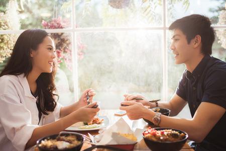 아시아 사람들이 아침에 레스토랑에서 식사.