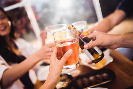사람들은 맥주 축제를 축하합니다.