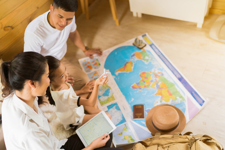 アジア系の家族は、世界中する予定です。画像の焦点面は子供を運んでいた。
