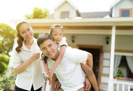 家で笑顔の幸せな人々 のアジア家族の肖像画 写真素材