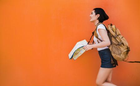 Ein asiatischer Frauentourist brachte sie zu verschiedenen Orten. Standard-Bild - 81843558