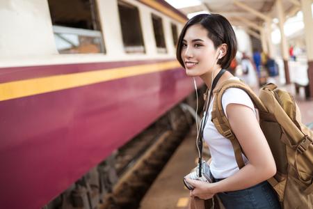 Mujeres asiáticas tren a la plataforma de tren, iba a celebrar el mapa de los lugares de interés. Foto de archivo - 81859582