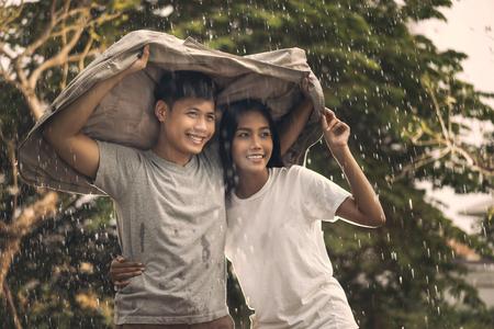Aziatische paar romantische tijd in de regen Stockfoto