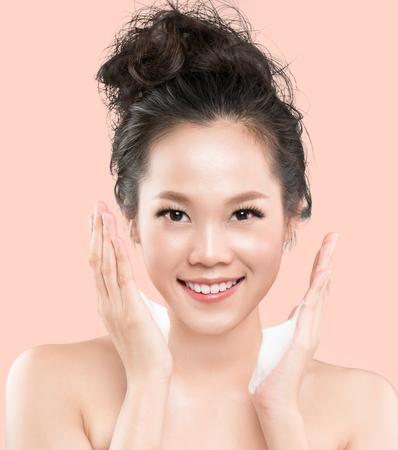 아시아 여성들은 안면 거품을 사용하여 얼굴에서 화장품을 씻어냅니다. 스톡 콘텐츠