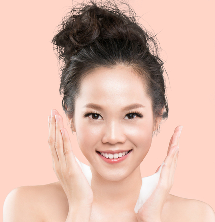Asian women are going to use a facial foam to wash cosmetics off the face. 版權商用圖片