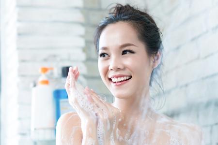 Las mujeres asiáticas se están bañando en el baño, se frota el jabón, está feliz y relajada. Foto de archivo - 85108755