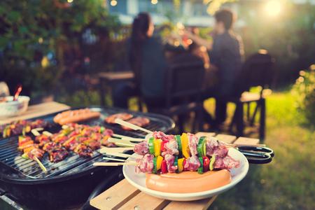 Dîner, barbecue et porc rôti la nuit Banque d'images - 87102668