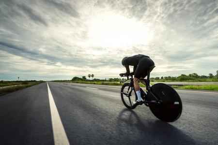 Aziatische mannen fietsen 'tijdritfiets' in de ochtend Stockfoto
