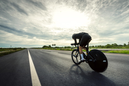 """Gli uomini asiatici stanno pedalando """"bici da cronometro"""" al mattino Archivio Fotografico"""