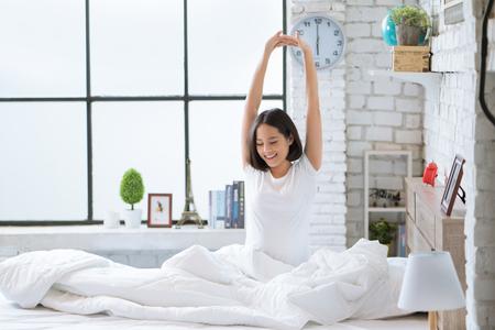 Aziatische vrouwen Ze ligt in bed en werd 's ochtends wakker. Ze voelde zich erg verfrist. Stockfoto