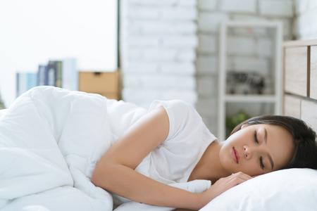 Azjatki Śpią szczęśliwie i śnią. Poranek