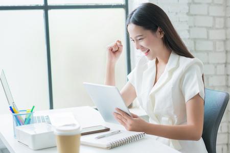 femme asiatique satisfaite de son succès commercial Banque d'images