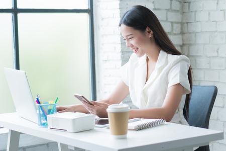 Aziatische vrouw werkt gelukkig